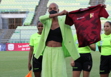 Deyna Castellanos le entrega camiseta Vinotinto a Yulimar Rojas